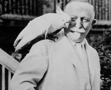 Il Dr. John Kellogg con il suo pappagallo