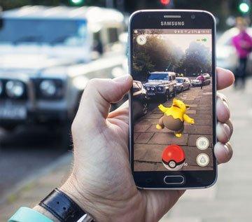 Giocare a Pokémon Go per le strade